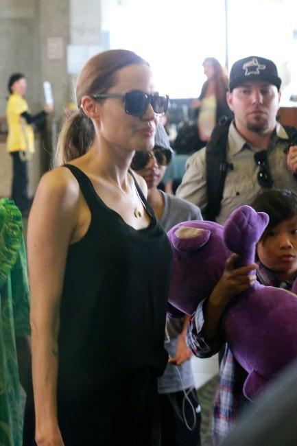 Angelina Jolie et ses fils Maddox et Pax arrivent à Oahu à Hawaï, le 7 juillet 2013.