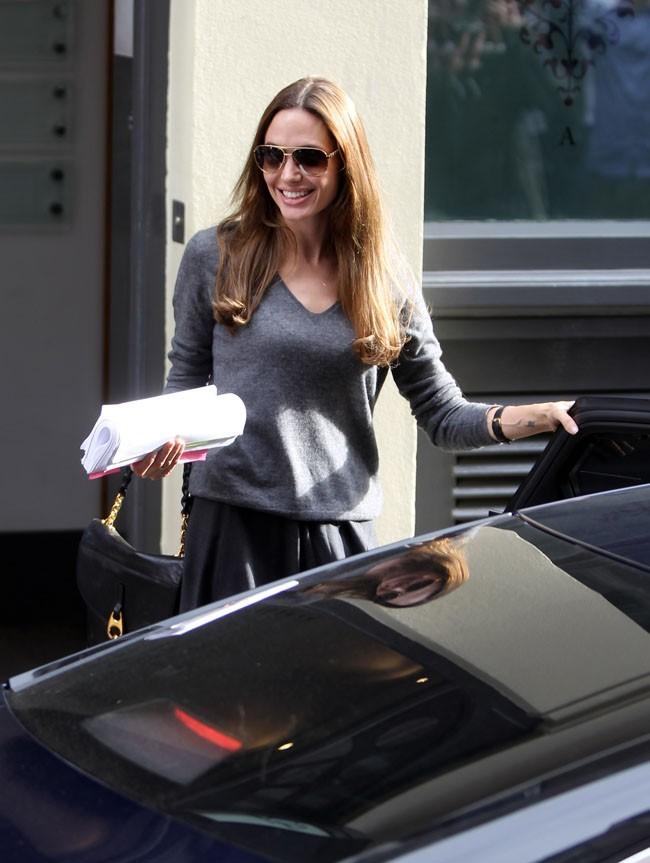 Non, Angelina ne sourit pas toute seule dans la rue...