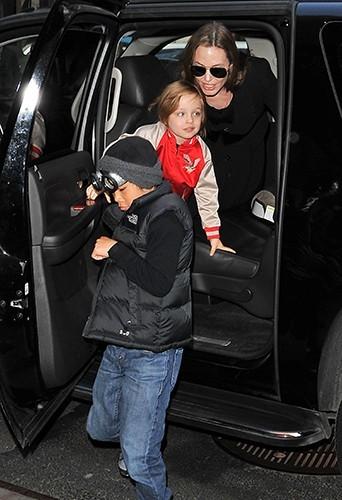 Angelina Jolie avec ses fils Pax et Knox à New-York le 5 avril 2013