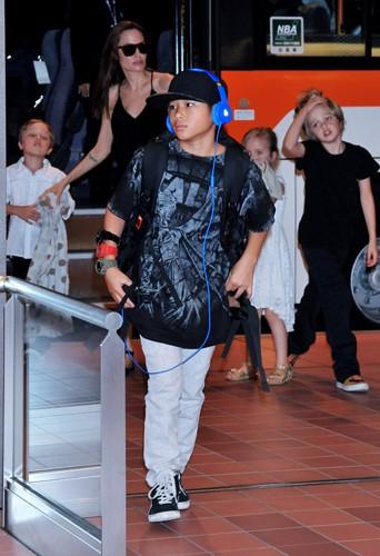 Angelina Jolie et ses enfants à l'aéroport de Tokyo le 21 juin 2014
