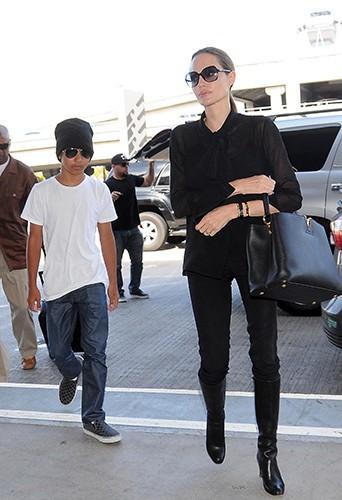 Angelina Jolie et son fils Maddox à l'aéroport de Los Angeles le 11 août 2013