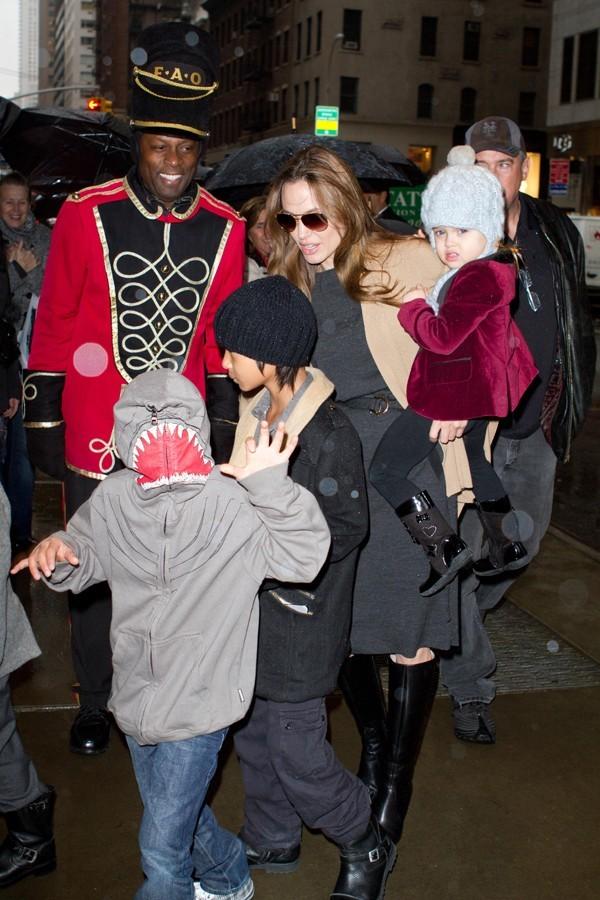 Quand Angelina Jolie et Brad Pitt débarquent avec leur tribu ça ne passe pas inaperçu !