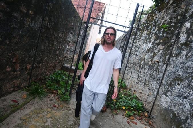Brad toujours avec ses cheveux longs !