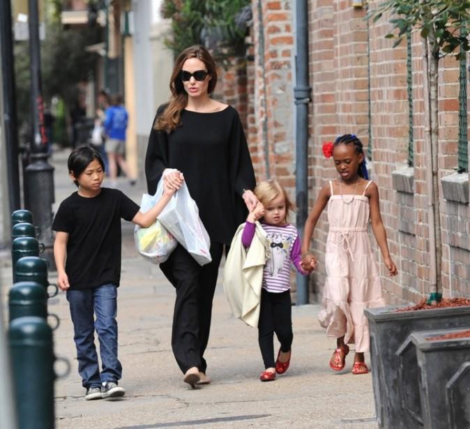 Pendant qu'elle s'occupe des petits, Brad Pitt bosse !