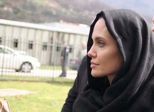 Photos : Angelina Jolie : loin des tapis rouges, elle se bat toujours pour les victimes de guerre !