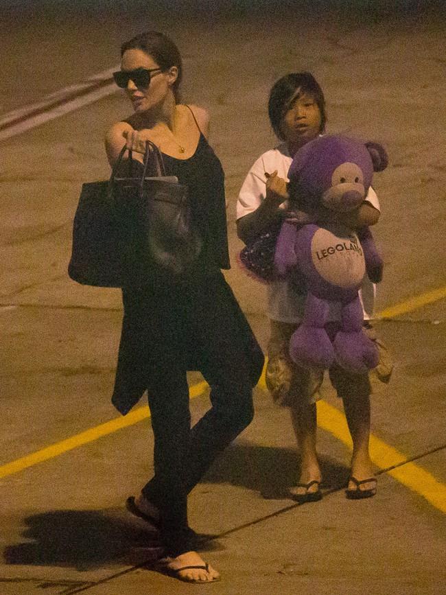 Angelina Jolie et ses fils Pax et Maddox à l'aéroport de Los Angeles le 10 juillet 2013