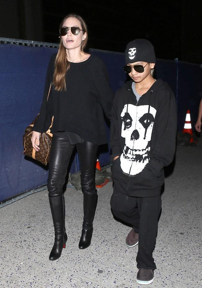 Angelina Jolie et son fils Maddox à l'aéroport de Los Angeles le 12 avril 2012