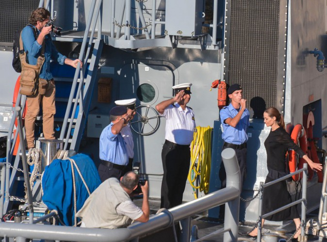 Angelina Jolie : sobriété et discrétion pour rendre visite à l'armée maltaise