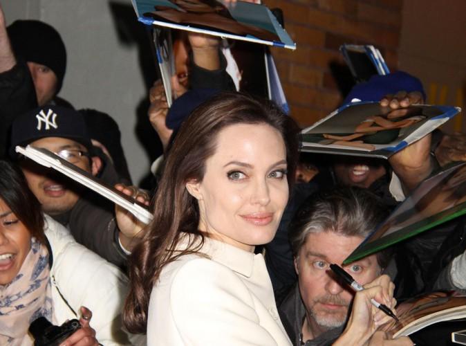 Photos : Angelina Jolie : toujours aussi proche de ses fans, elle leur fait la totale !