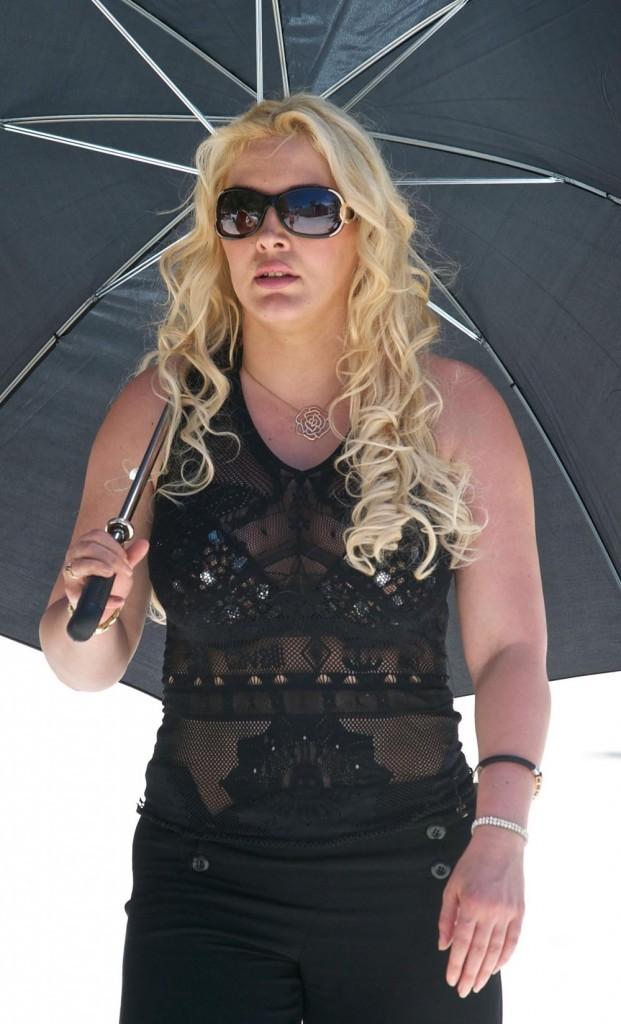 Loana a du mal à supporter le soleil de Miami !
