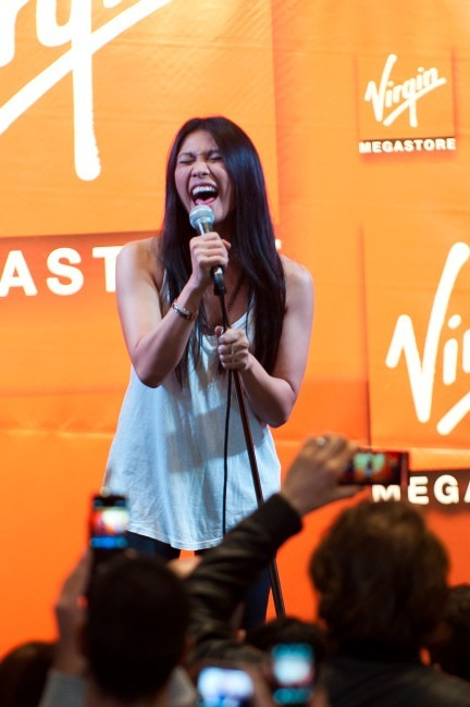 Anggun en showcase à Paris, le 26 avril 2012.