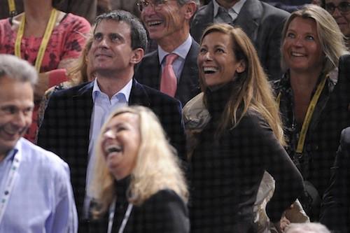 Pour les tournois de tennis, Manuel ose sortir sans cravate !