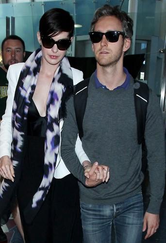 Anne Hathaway et son mari Adam Schulman à Los Angeles le 10 mars 2014