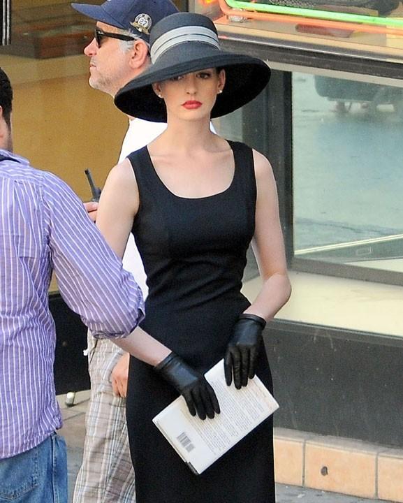 Des formes parfaites dans sa petite robe noire...