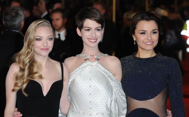 """Amanda Seyfried, Anne Hathaway et Samantha Barks lors de la première du film """" Les Misérables"""" à Londres, le 5 décembre 2012."""