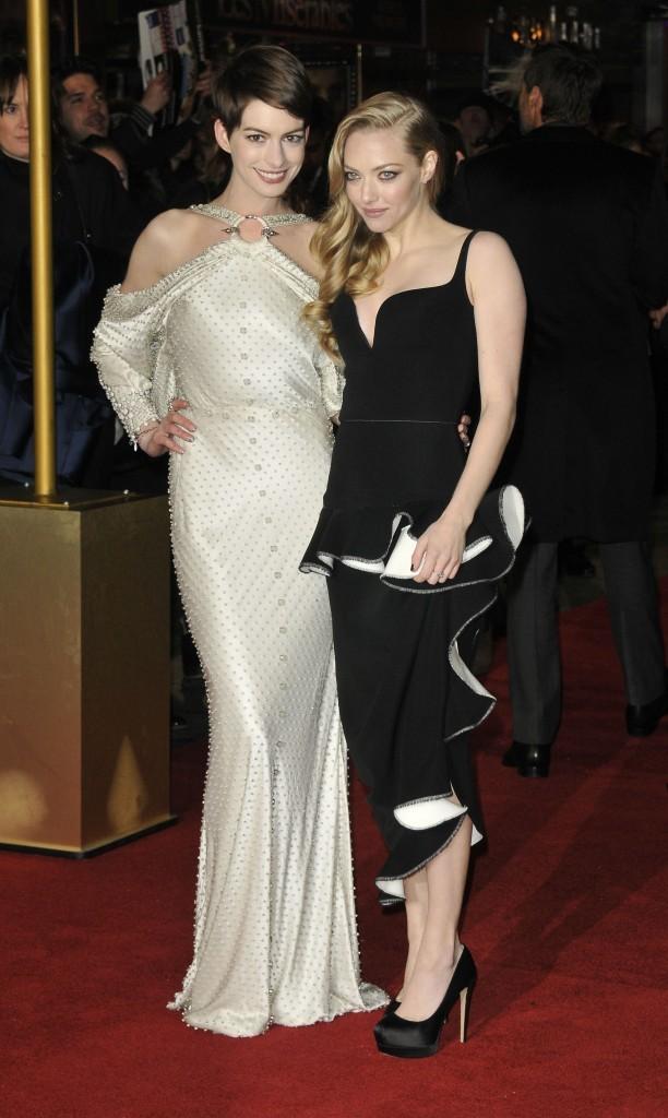 """Anne Hathaway et Amanda Seyfried lors de la première du film """" Les Misérables"""" à Londres, le 5 décembre 2012."""