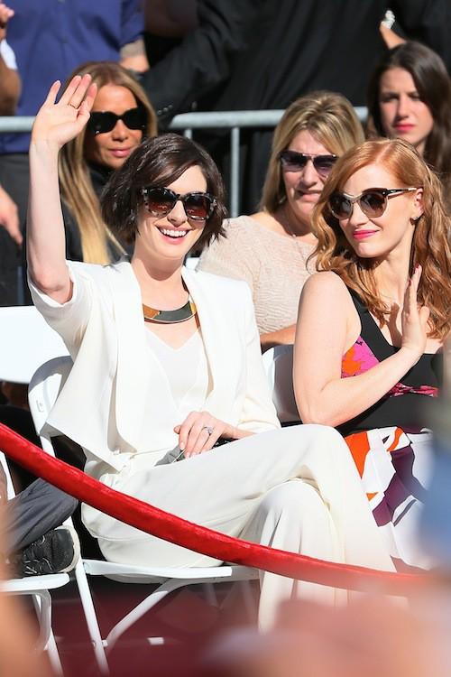 Anne Hathaway et Jessica Chastain auprès de Matthew McConaughey pour l'inauguration de son étoile sur le Walk of Fame à Los Angeles, le 17 novemb...