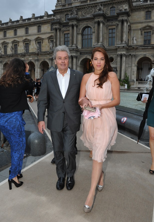 Alain Delon et sa fille Anouchka au défilé Salvatore Ferragamo le 12 juin 2012