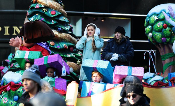 Ariane Grande a la parade de Thanksgiving, à New York le 28 novembre 2013