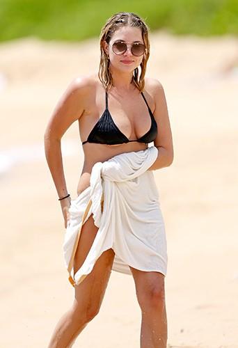 Ashley Benson à Hawaï le 30 juin 2014