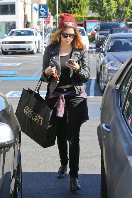 Photos : Ashley Benson profite d'une virée shopping après avoir rendu hommage à Philip Seymour Hoffman !