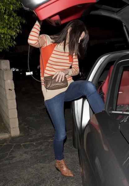 Ashley Greene rentre dans sa voiture