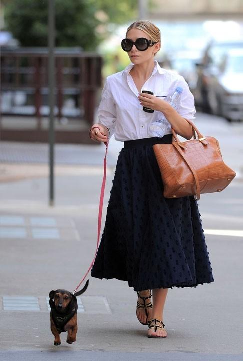 Deux accessoires indispensables : le sac et le chien !