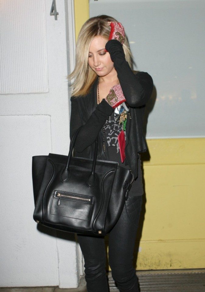 Ashley Tisdale sortant du salon de beauté Byron and Tracey à Beverly Hills, le 15 décembre 2011.