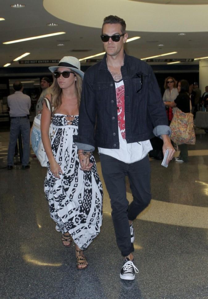 Ashley Tisdale et Christopher French à l'aéroport de Los Angeles, le 23 avril 2013.