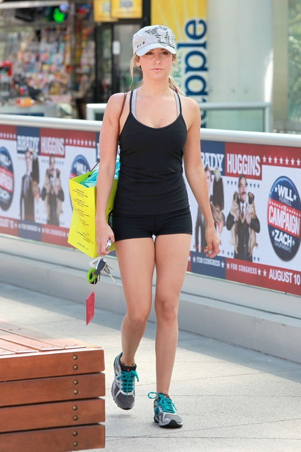 Ashley Tisdale à a sortie de sa salle de sport du West Hollywood le 1er août 2012