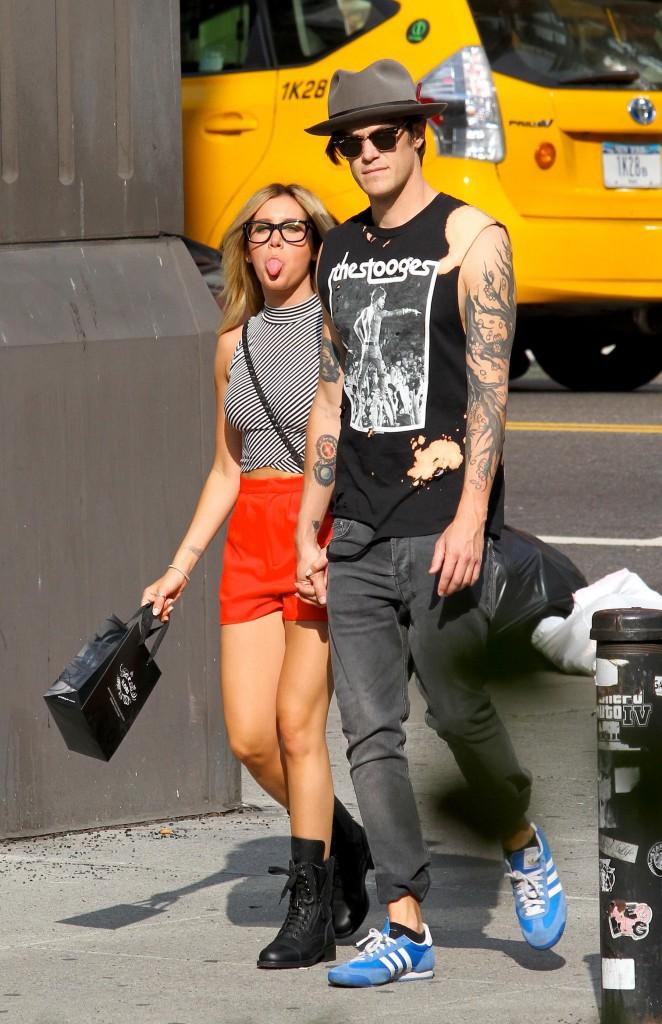 Mais quand Ashley Tisdale a repéré un paparazzo qui la traquait le 30 juillet à New York, elle n'a pas pu s'empêcher... de lui tirer la langue !