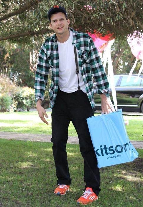 Ashton Kutcher essaie de chasser les paparazzi