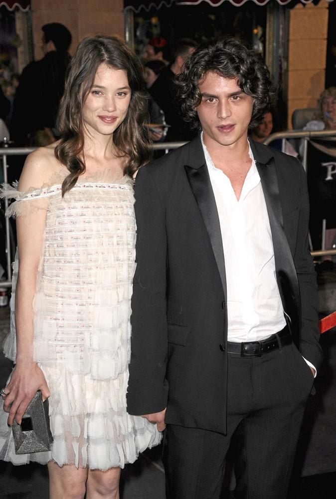 Astrid Bergès-Frisbey et son chéri Pierre Perrier à la première mondiale à Los Angeles de Pirates des Caraïbes 4, le 7 mai 2011