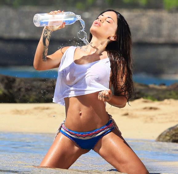 Photos Aurélie Preston (Les Anges 8) : à son tour de se dénuder pour de l'eau minérale !