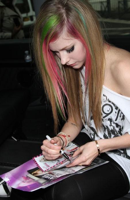 Appliquée pour signer son autographe !