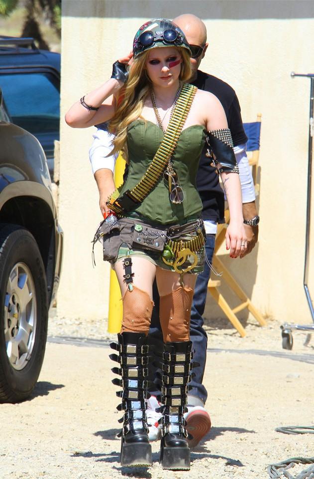 Avril Lavigne sur le tournage de son nouveau clip à Palmdale, en Californie, le 25 juillet 2013