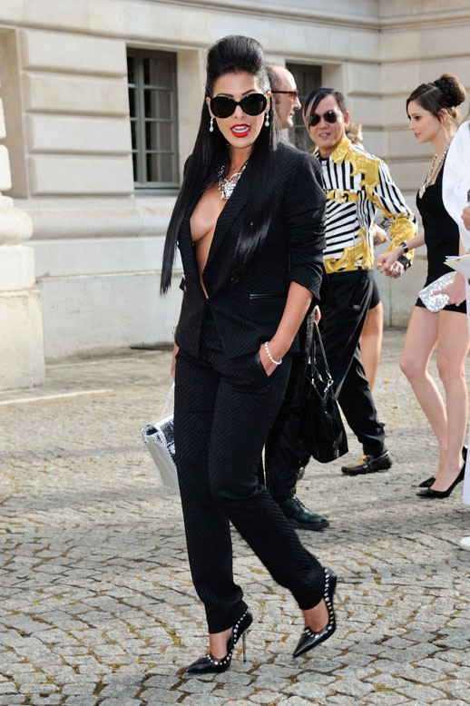 Ayem Nour au défilé de Versace organisé au salon de la chambre de commerce de Paris le 6 juillet 2014