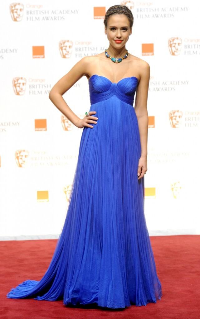 Une robe Versace qui fait son effet !