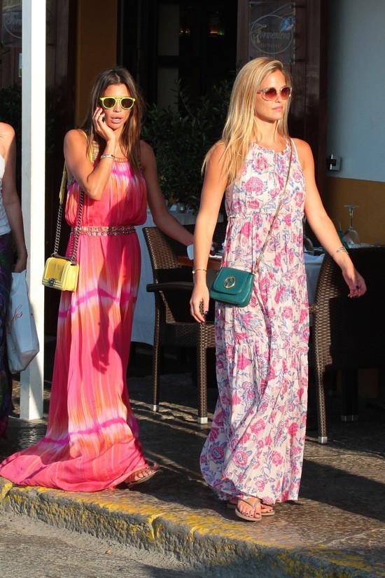 Photos : Bar Refaeli : la top se la coule douce en robe XXL sous le soleil d'Ibiza !