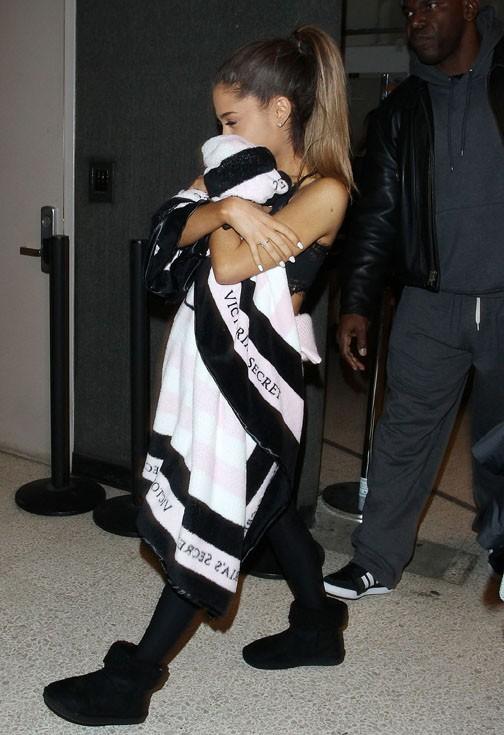 Ariana Grande à l'aéroport de LAX le 3 décembre 2014