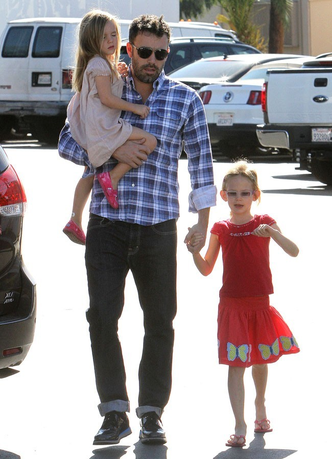 Ben Affleck et ses filles violet et Serafina le 4 novembre 2012 à Brentwood