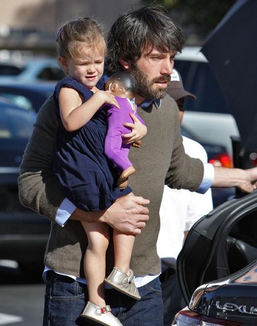 Seraphina a toujours besoin des bras de papa !