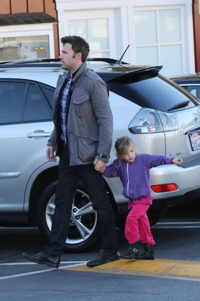 Ben Affleck et sa fille Serafina le 5 décembre 2012 à Brentwood