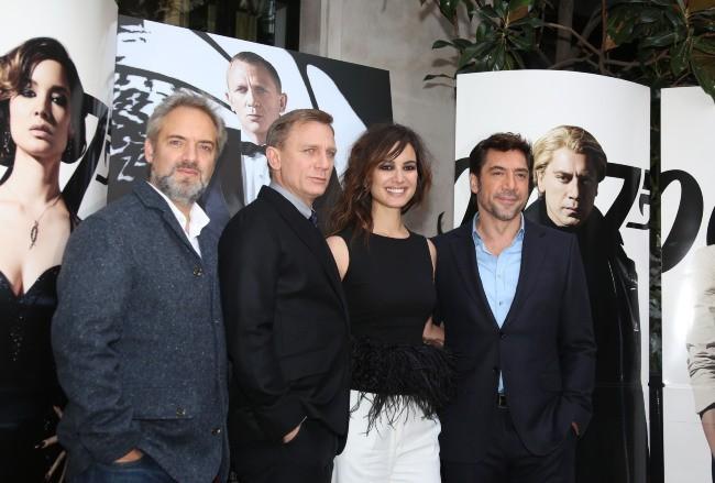 Sam Mendes, Daniel Craig, Bérénice Marlohe et Javier Bardem lors du photocall du film Skyfall à Paris, le 25 octobre 2012.