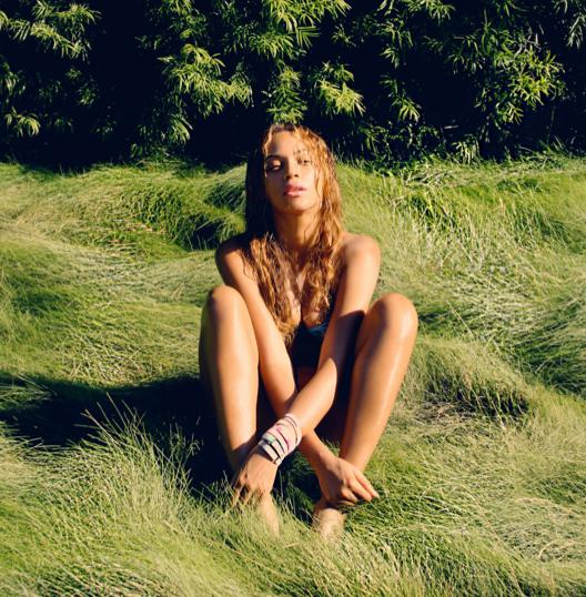 Photos : Beyoncé : plus sexy que jamais, elle balaie les rumeurs en s'affichant avec une coupe de champagne !