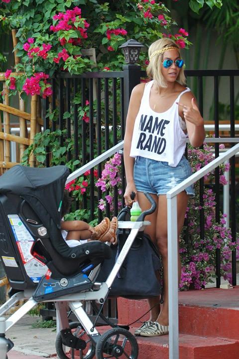Beyoncé à la sortie d'un restaurant de Miami avec Jay-Z et leur fille Blue Ivy le 15 août 2013