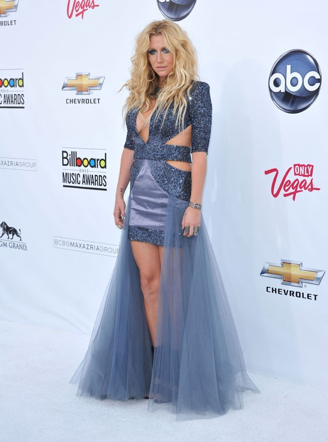 Étonnante dans sa robe bleue lilas !