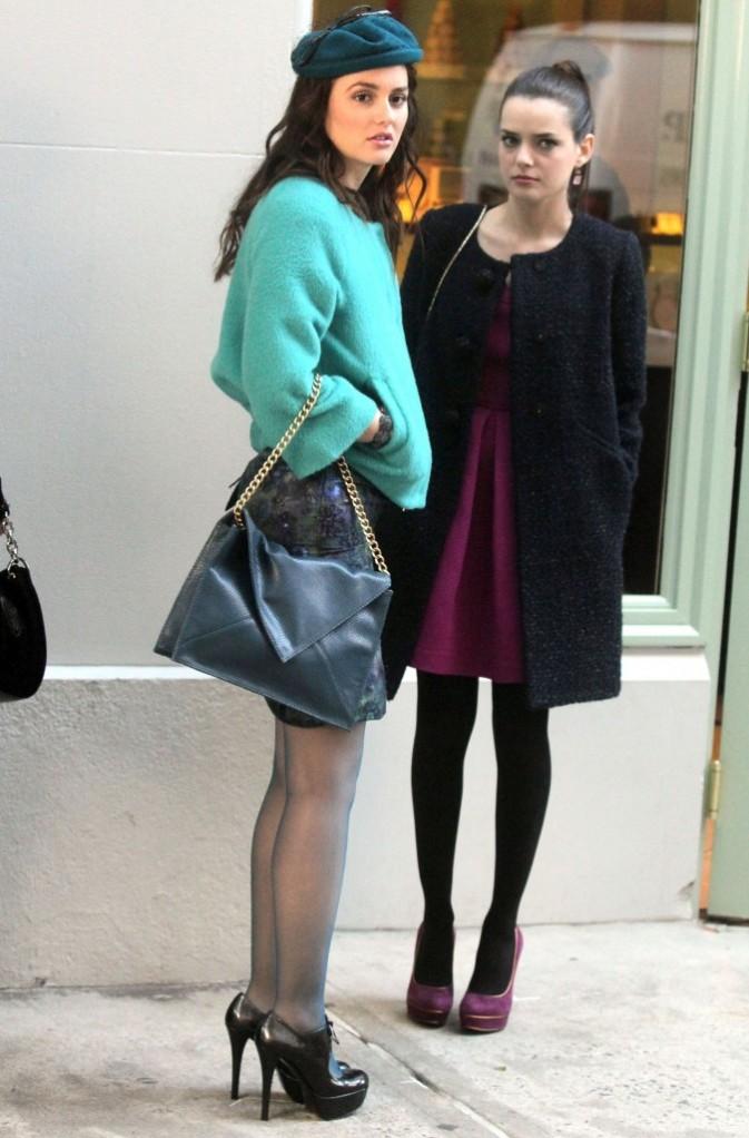 Leighton Meester et Roxanne Mesquida sur le plateau de tournage de la série Gossip Girl à New York, le 25 octobre 2011.