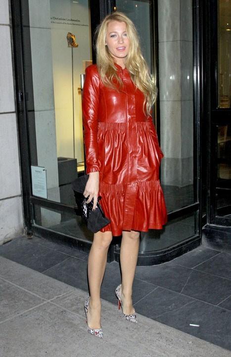 Que cache-t-elle sous son manteau rouge ?