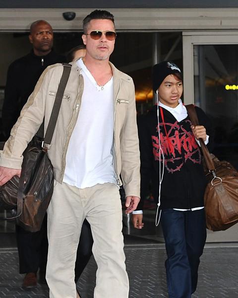 Brad Pitt, Angelina Jolie et leur fils Maddox à l'aéroport de Los Angeles, le 17 février 2014.
